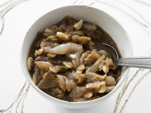 Zwiebelmarmelade mit Knoblauch Rezept