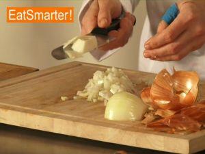Zwiebeln richtig schälen und schneiden