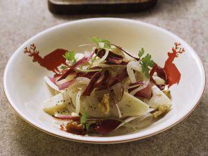Zwiebelsalat mit Käse und Radicchio auf Tessiner Art Rezept