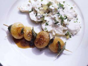Zwiebelspieß mit sauren Kartoffeln Rezept