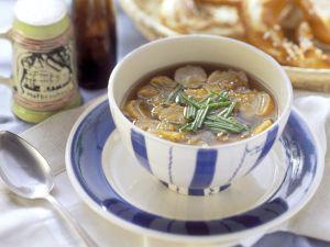 Zwiebelsuppe mit Brezen Rezept