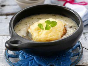 Zwiebelsuppe mit überbackenem Brot Rezept
