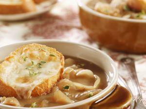Zwiebelsuppe mit überbackenem Käsebrot Rezept