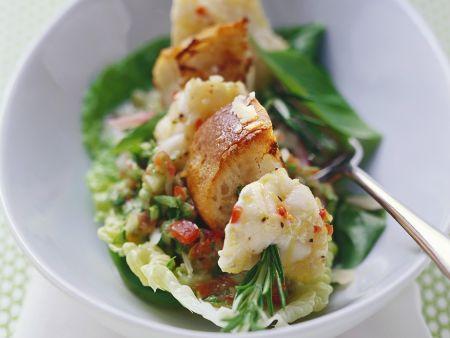 Anglerfisch-Spieß mit Rosmarin, dazu Salat