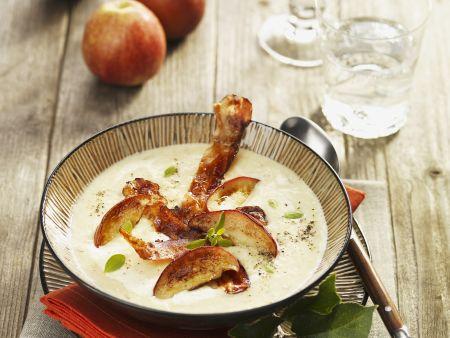 Apfel-Sellerie-Suppe mit Speckscheiben