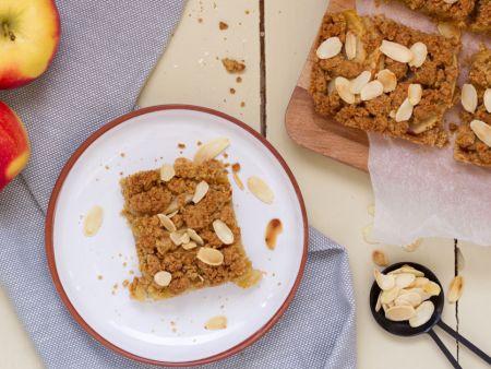 Stück Blechkuchen auf hellem Teller, daneben weitere Kuchenstücke