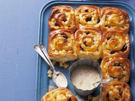 Apfelschneckenkuchen mit Vanillesauce