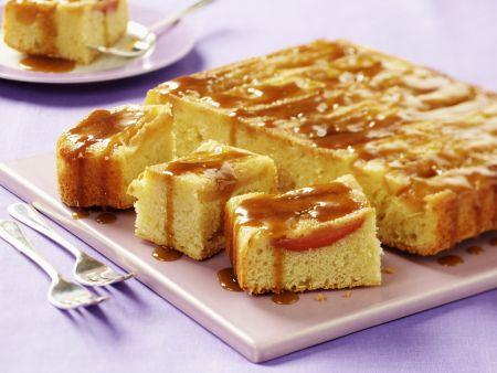 Apfelschnitten mit Karamellsoße