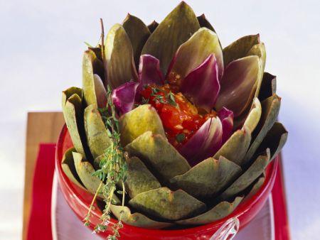 Artischocke mit Tomatensoße gefüllt