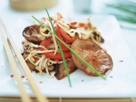 Asiatische Nudeln mit Paprika, Sprossen und Shiitakepilzen
