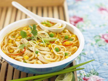 Asiatische Nudelsuppe mit Hähnchenfleisch und Mais