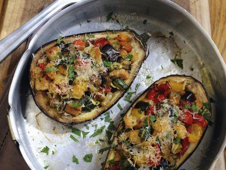 Auberginen mit Gemüse-Croutons-Füllung