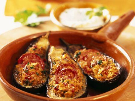Auberginenschiffchen gefüllt mit Reis und Tomaten