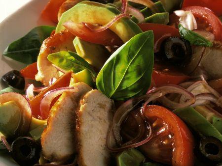 Avocado-Hähnchen-Salat mit Zwiebeln und Oliven