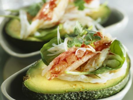 Avocado mit Garnelensalat gefüllt