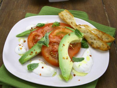 Avocado-Tomaten-Salat mit Joghurtsoße und geröstetem Brot