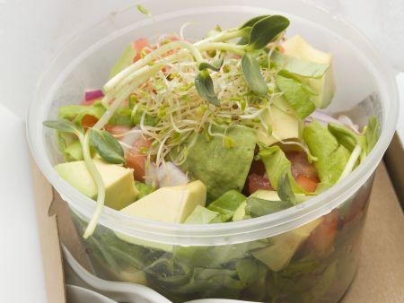 Avocado-Tomaten-Salat mit Sprossen