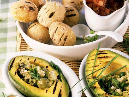 Avocados vom Grill mit Kartoffeln in Salzkruste und Olivensalat