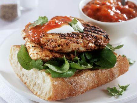 Baguette mit gebratener Hähnchenbrust und Tomatenchutney