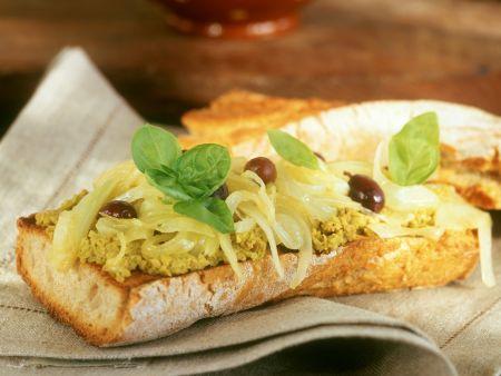 Baguette mit Olivenaufstrich, Oliven und Zwiebeln