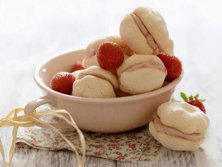 Baiser-Kekse mit Erdbeeren