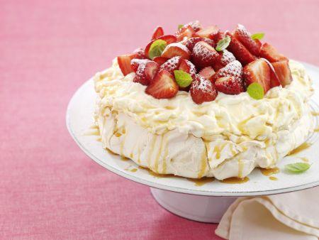 Baisertorte nach australischer Art mit Erdbeeren