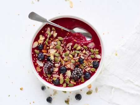 Beeren-Smoothie-Bowl mit Kernen