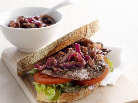 Belegtes Brot mit Rind und Balsamzwiebeln