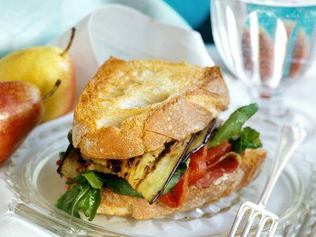 Belegtes Brot mit Schinken und Aubergine