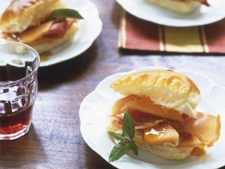 Blätterteig-Sandwich mit Melone und Schinken