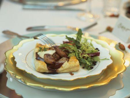 Blätterteigküchlein mit Mozzarella und Schalotten dazu grüner Salat