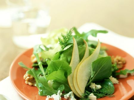 Blattsalat mit Birne und Käse