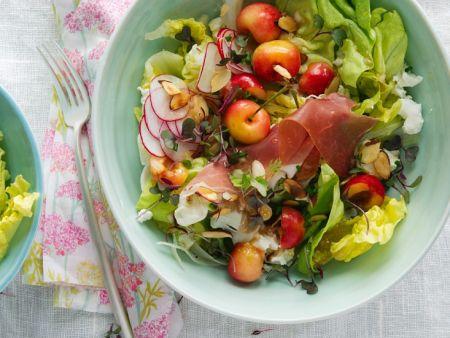 Blattsalat mit Schinken und Kirschen