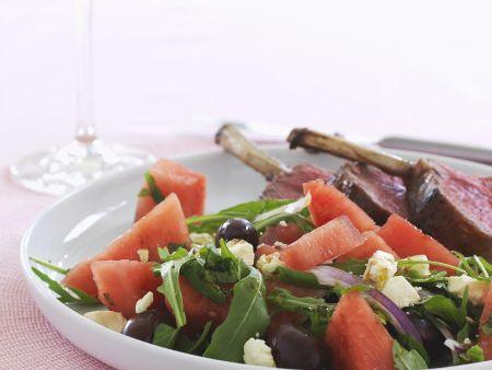 Blattsalat mit Wassermelone, Schafskäse und Lammrücken