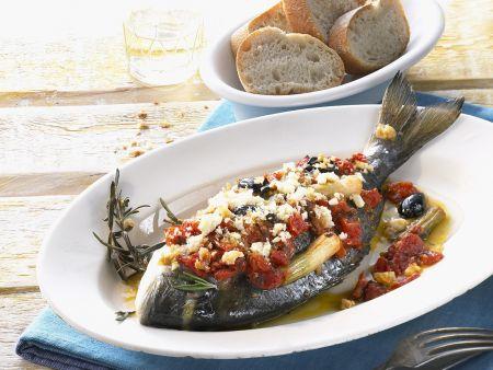 Brasse mit Tomaten, Oliven und Feta