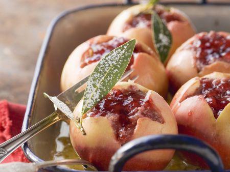 Bratäpfel mit Nüssen und Marmelade gefüllt