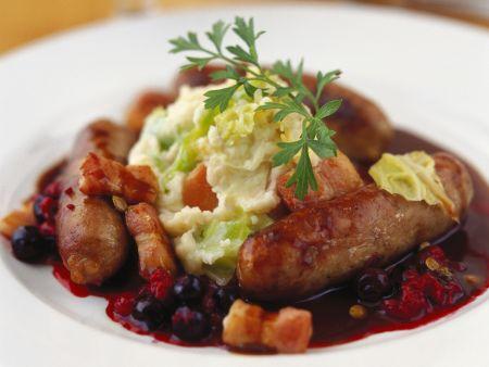 Bratwurst mit Kartoffelbrei, Speck und Blaubeersoße