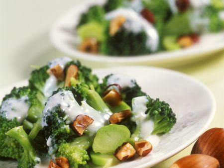 Brokkolisalat mit Haselnüssen und Joghurtdressing