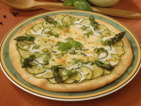 Brotfladen mit Zucchini und Spargel