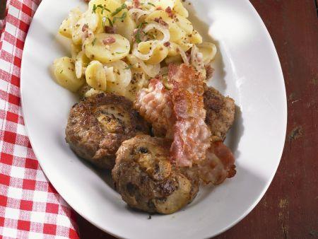 Buletten mit Pilzen, Bacon und Kartoffelsalat