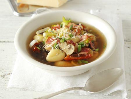 Bunte Pilzsuppe mit Gnocchi und getrockneten Tomaten