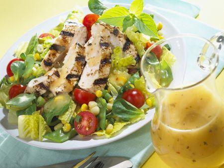 Bunter Blattsalat mit gegrillter Hähnchenbrust