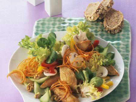 Bunter Blattsalat mit Walnüssen und Hähnchen
