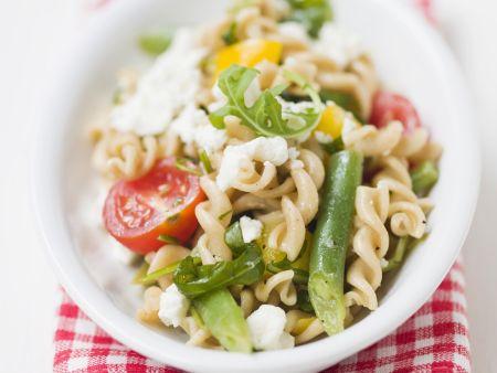 Bunter Nudelsalat mit Bohnen, Tomaten und Feta
