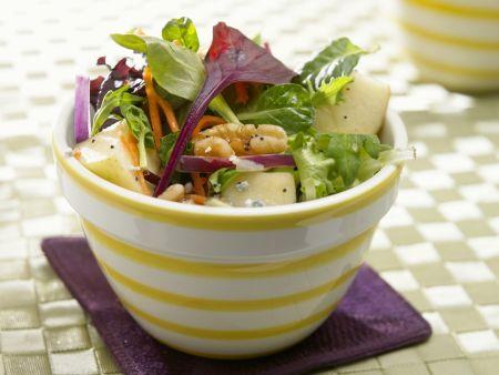 Bunter Salat mit Äpfeln und Walnüssen