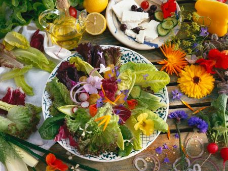 Bunter Salat mit Blüten