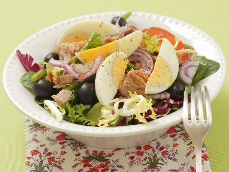 Bunter Salat mit Eiern, Oliven und Tomaten