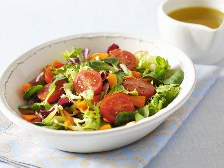 Bunter Salat mit Kirschtomaten und Karotte