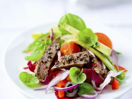 Bunter Salat mit Rinderstreifen und Avocado