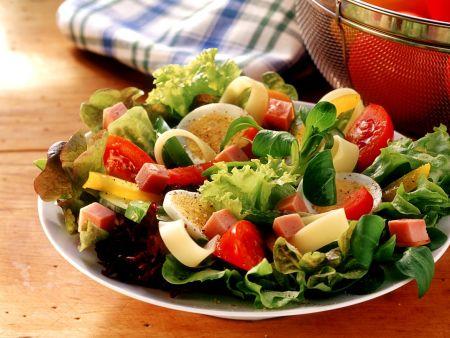 bunter salat mit schinken und ei rezept eat smarter. Black Bedroom Furniture Sets. Home Design Ideas